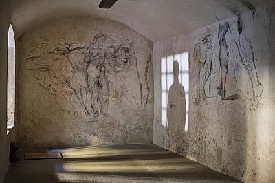Изумителната продуктивност е определяща характеристика на гениалността. Скици с въглен покриват стените на някога скрита стая под параклиса на Медичит...