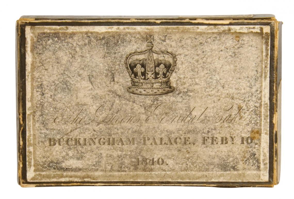 Кралска подаръчна кутия с парче торта.