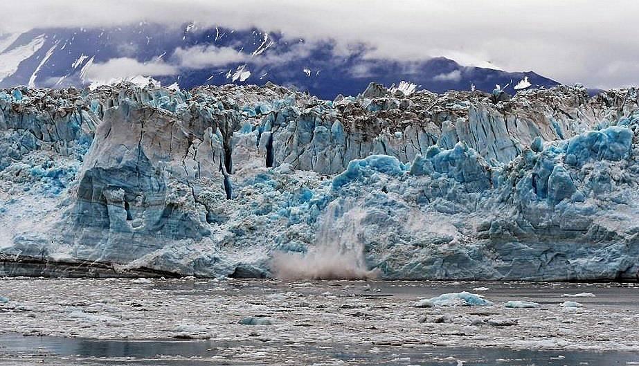 Подобни ледници, както този на снимката в Аляска, се топят под водата 100 пъти по-бързо отколкото показваха предишни теоретични модели. Снимка: Jim M...