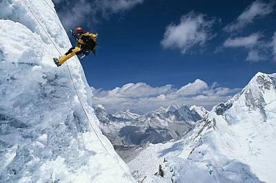 Алпамайо, ПеруСмайващият пирамидален връх Алпамайо се издига в Кордилерите.