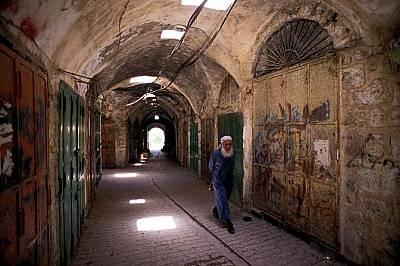 Хеброн/Старият град Ал-ХалидГрад Хеброн на Западния бряг е изключително спорна територия, тъй като и евреи и мюсюлмани почитат едно и също място:&...