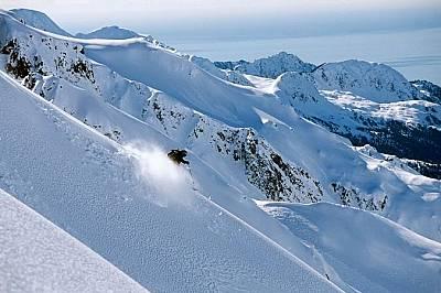 Скиор се спуска в Аляска, полуостров Резърекшън