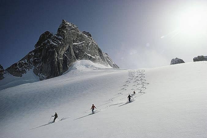 Скиори се спускат по глетчера Вауъл в Британска Колумбия A helicopter lands on a peak in the Chilkat Mountains in Haines, Alaska.
