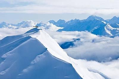 Хеликоптер каца в планините Чилкат, Аляска