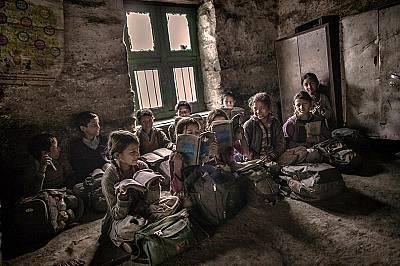 Много деца, търсещи повече знания, вървят пеш до други села, които се намират на няколко часа път.