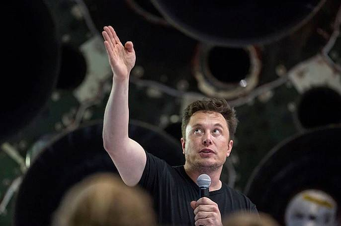 Илън Мъск през септември 2018 г. по време на обявяването, че SpaceX ще изстреля японския милиардер Юсаку Маезава на мисия около Луната.
