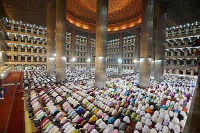 Джамията ИстиклялПо време на строежа й през XX век джамията Истиклял се е считала за авангардна заради минарето и купола си, които изглеждат твърде &a...