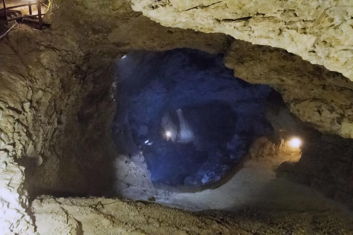 """Вътре в пещерата """"Дяволското гърло"""", Западни Родопи, България."""