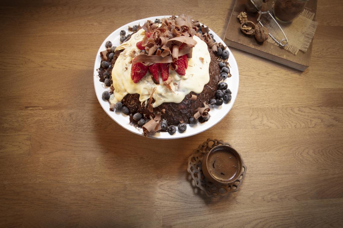 Шоколадов десерт с млечна глазура и плодове.