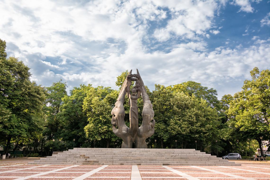 Паметникът, създаден през 1985 г. от Величко Минеков в чест на Съединението на Княжество България с Източна Румелия (1885 г.).