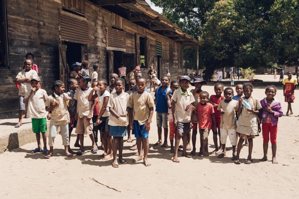 Мадагаскарски деца позират за снимка пред училището си. Снимка от 2016 г.