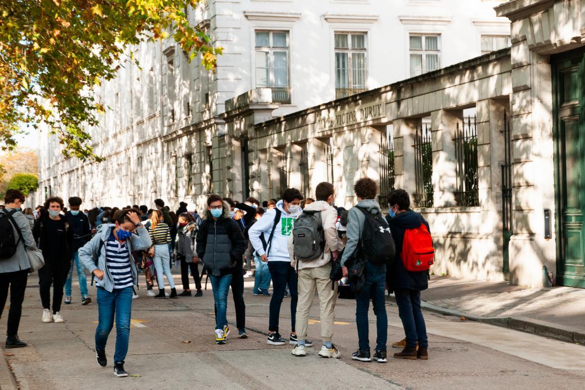 Ученици пред входа на гимназия в Париж, Франция.