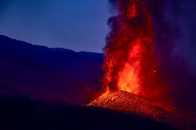 Конусът на вулкана в Ла Палма се срути. Докога ще изригва лава?