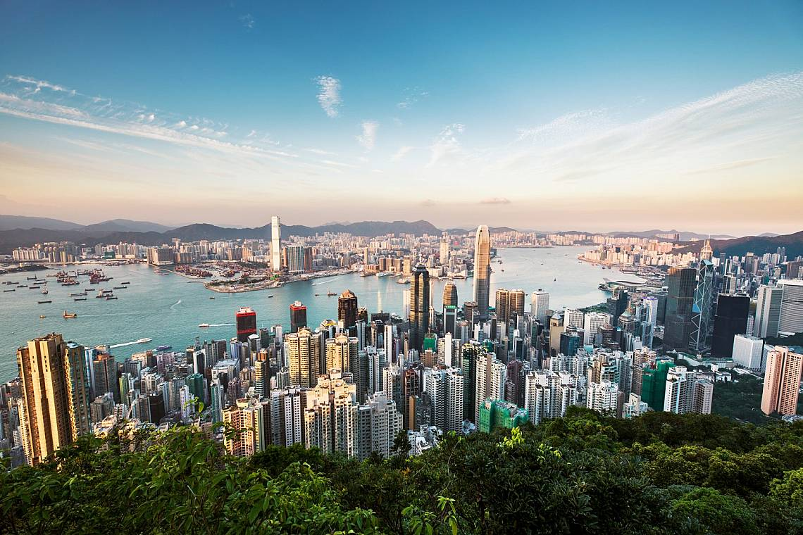 Един квадратен километър от остров Хонг Конг, с площ 1106 квадратни километра, трябва да се дели между 6732 души. Снимка: iStock