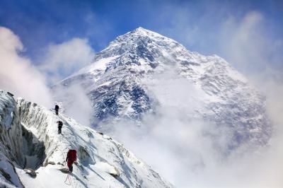 Непалски шерп счупи собствения си рекорд по изкачване на Еверест