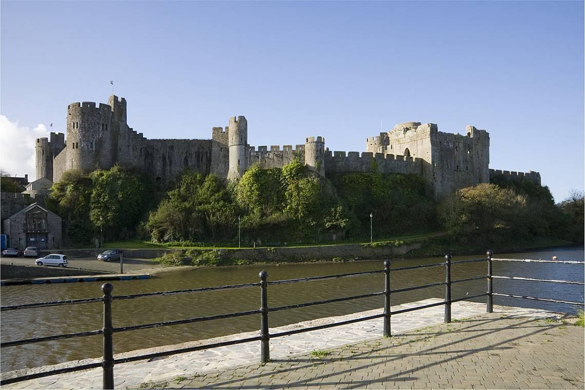 Замъкът ПемброукЗамъкът Пемброук (на уелски: Castell Penfro, на английски: Pembroke Castle) в западен Уелс е построен от пръст и дървета върху старо р...