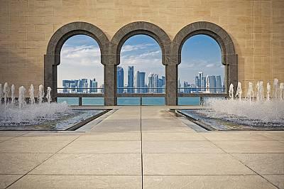 Катар инвестира милиарди долари в строителството и развитието на инфраструктурата.