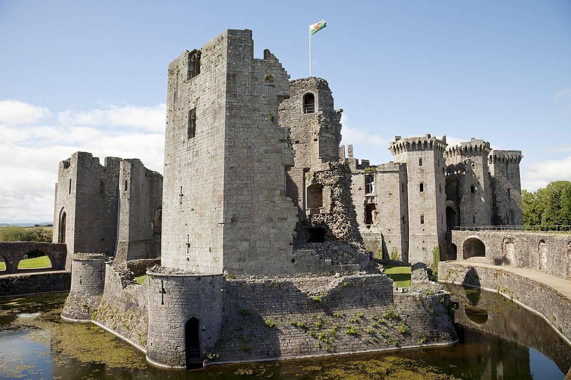 Замъкът РагланЗамъкът Раглан (на уелски: Castell Rhaglan, на английски: Raglan Castle) се намира в графство Монмаутшир в югоизточната част на Уелс. За...