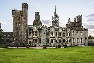 Замъкът КардифЗамъкът Кардиф (Cardiff Castle), разположен сред красив парк в сърцето на града, е една от най-големите забележителности на Уелс. Строеж...