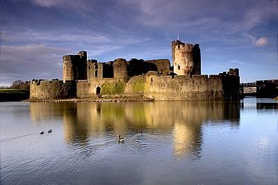 Замъкът КарфилиЗамъкът Карфили (на уелски: Castell Caerffili, на английски: Caerphilly Castle) е средновековен замък, който доминира над пейзажа на гр...