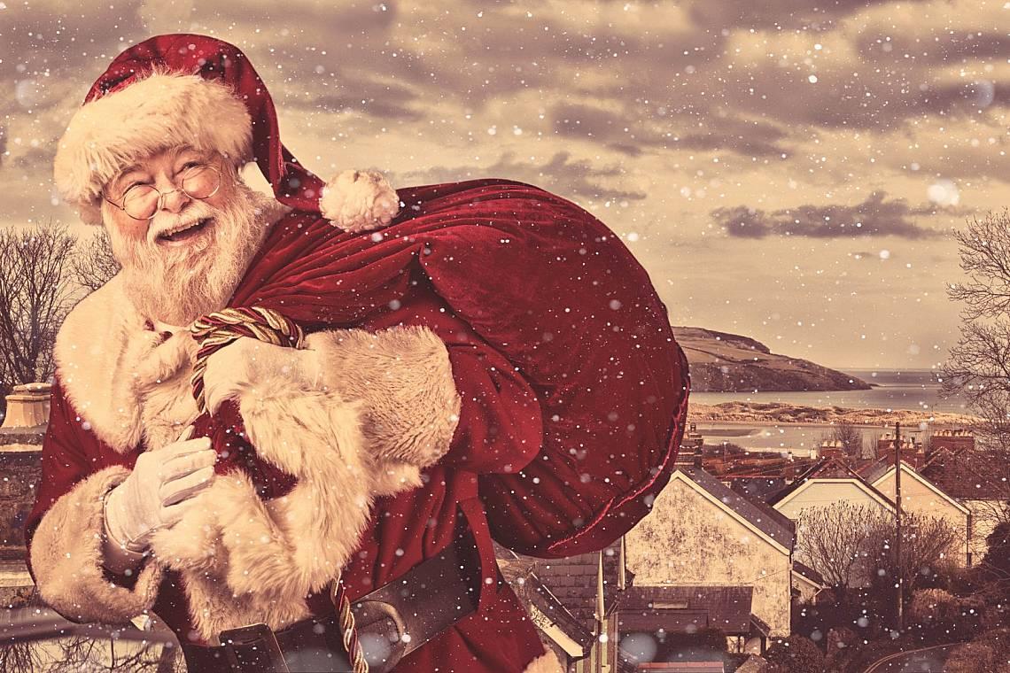 Бразилия Тъй като в Бразилия по това време на годината е лято, Дядо Коледа логично носи леки дрехи. И не използва комина, за да остави подаръците на д...