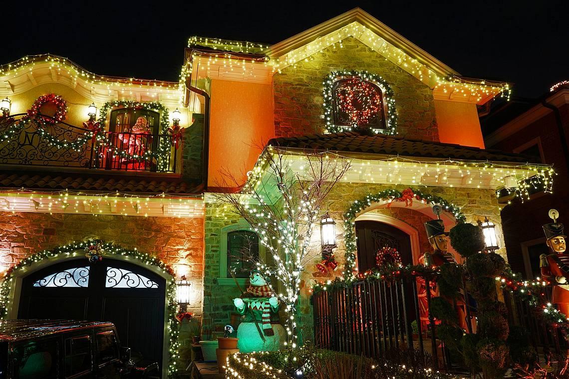 САЩ В периода преди Коледа в Съединените щати се разразява истинска мания на тема светлинна украса. За празника американците обожават да кичат с най-р...