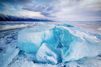 Тюркоазеният лед в езерото Байкал, РусияВодата в езерото Байкал е толкова прозрачна, че е възможно някои обекти да бъдат видени с просто око до около...