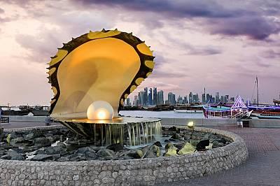 Фонтанът с перлата в северната част на крайбрежната улица на Доха Al CornicheПреди откриването на петрола ловът на бисери е бил основно препитание за...
