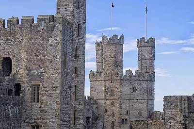 Замъкът КарнарвънЗамъкът Карнарвън (на уелски: Castell Caernarfon) се намира в град Карнарвън, графство Гуинед, Северозападен Уелс. От късния XI в. в...