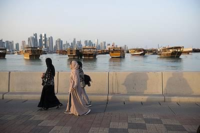 Пристанището е осеяно с традиционни лодки доу/dhow