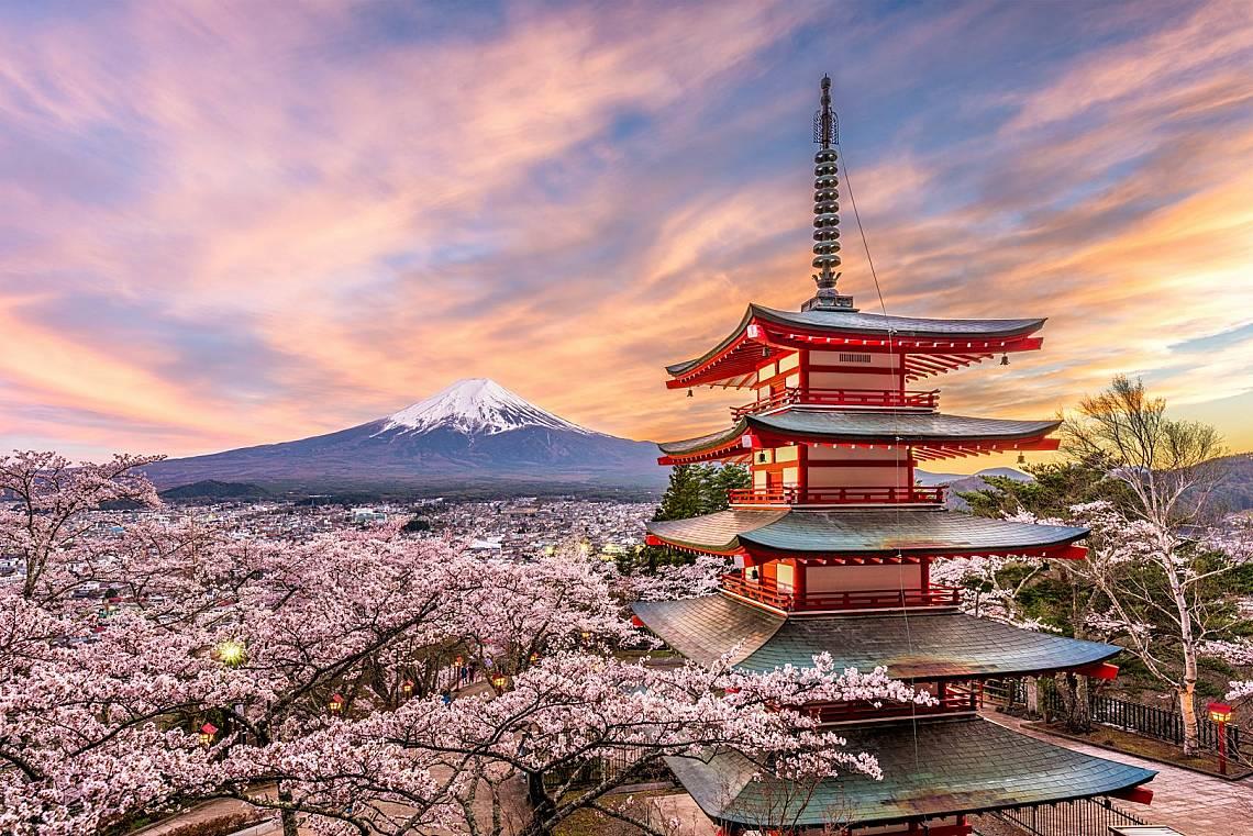 4. ЯПОНИЯ Хората в Япония продължават да надживяват тези в другите страни благодарение на подобренията в здравеопазването, прясната храна, която консу...