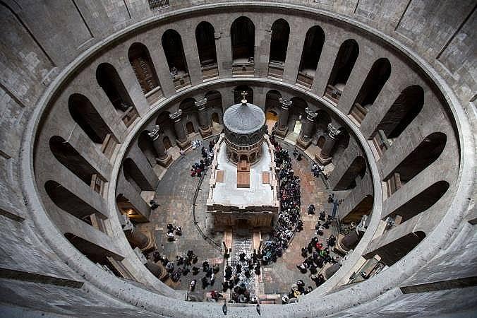 """Гробницата в скалата в църквата """"Възкресение на Иисус Христос"""" в Йерусалим. Снимка: Одед Балилти, AP for National Geographic"""