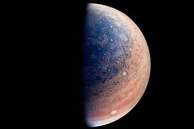 Бурите на южния полюс на ЮпитерУчени целенасочено подсилват цветовете на кадрите – тук Габриел Фист е работил върху бурите на южния полюс....