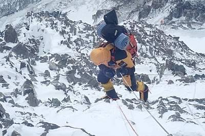 Денис Урубко се изкачва към К2