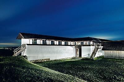 Около 620 г. пр.Хр. келтите издигнали Хойнебург на Дунава. Подобна архитектура, особено белосаната кирпичена стена (реконструирана горе), е известна с...