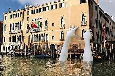 """Скулптор """"протегна"""" ръце към Венеция"""