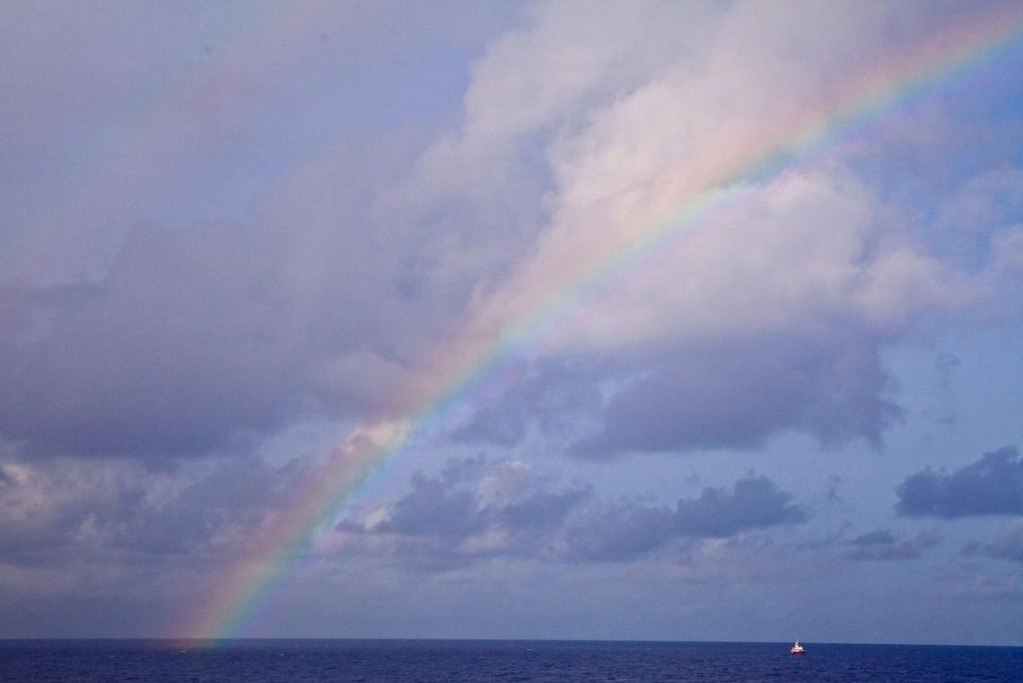 Дъга над Марианската падина - появява се в момента, когато Джеймс Камерън стига до дъното й.