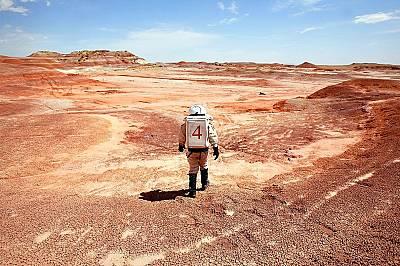 Прилика с МарсУчен, облечен в космически костюм, в Ханксвил, Юта, където се намира изследователската станция Mars Desert Research Station. Местоположе...