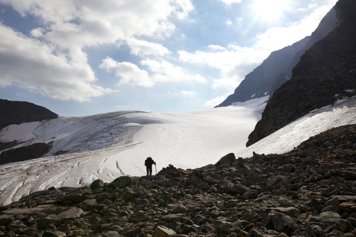 Мъж стои пред ледника на Кебнекайсе. Снимка от 2014 г.