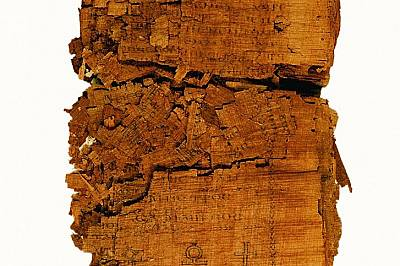 Фрагменти от папирусаКогато подвързаният папирусен ръкопис стигнал до реставраторите през 2001 г., той вече се разпадал на парчета. Но тези фрагментир...
