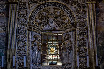 """В Сиена, Италия, в базиликата """"Сан Доменико"""", параклисът на Св. Катерина, в който е изложена мумифицираната й глава (отсреща), при..."""