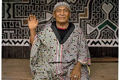 Шарките по робата на перуанския лечител Енрике Флорес Агустин символизират песните, които той пее по време на целителните церемонии. Изследователи в С...