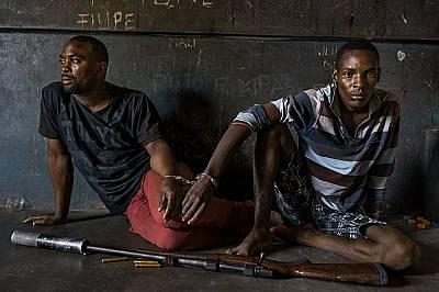 """БракониериМозамбикските власти казват, че тези мъже са признали, че са имали намерение да бракониерстват носорог в националния парк """"Крюгер&..."""
