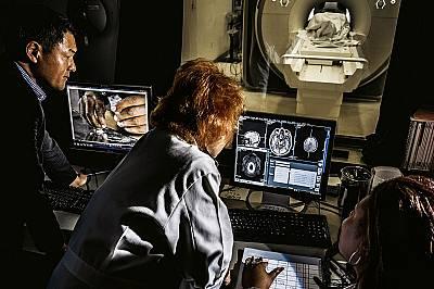 Клиничният невролог Ана Роуз Чайлдрес анализира сканирани изображения на мозъка.Анализирайки сканирани изображения на мозъка на възстановяващи се кока...