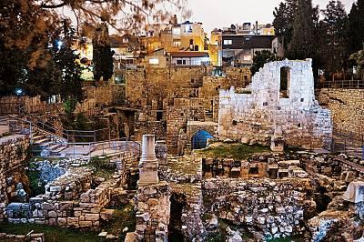 Kъпалнята ВитездаЕвангелието от Йоан разказва, че в Йерусалим Иисус излекувал паралитик край ритуален басейн, заобиколен от пет колонади и наречен къп...