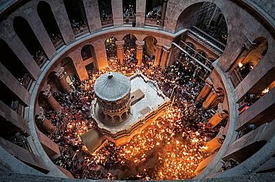 Поклонници в Църквата на Божи гроб в ЙерусалимПоклонници в Църквата на Божи гроб в Йерусалим са обградили реставрираната Едикула – параклиса...