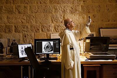 Доминиканският отец Жан Мишел дьо ТарагонДоминиканският отец Жан Мишел дьо Тарагон проучва архивни снимки във Френската Библейска школа в Йерусалим, ч...