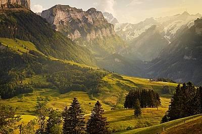 Главозамайваща гледка към Швейцарските Алпи