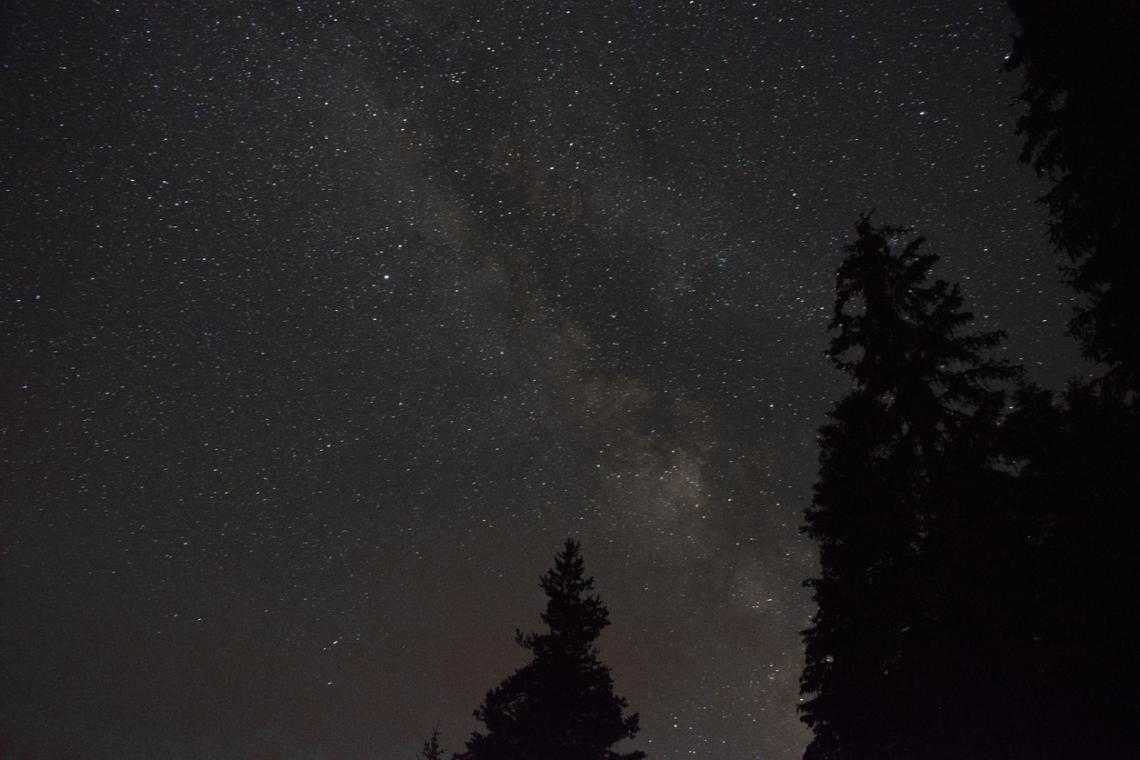 """Млечният път над хижа Скални Скали в Родопите, близо до природен феномен """"Чудните мостове"""""""