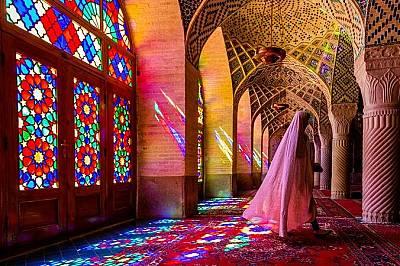 Джамията Насир Ал МолкПрез необичайните за джамиите стъклописи на Насир ал Молк в Шираз, прониква светлина и озарява персийските килими с които е заст...